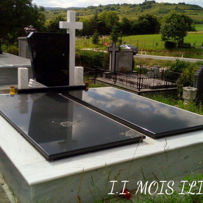 Monument Funerar Capace din Granit Negru si Cruce Marmura 2