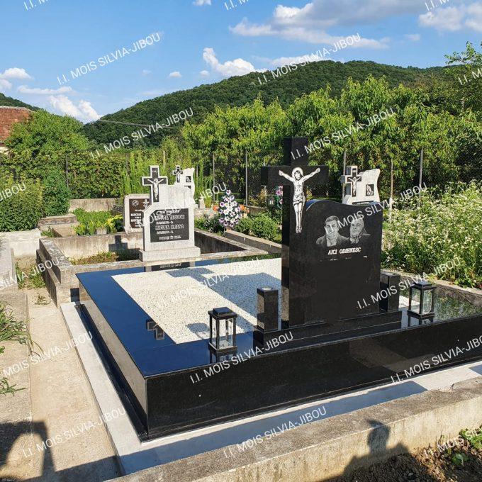 Monument Funerar placat cu granit negru si cruce granit model 23-a