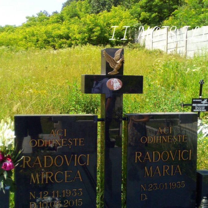 Monument Funerar din Granit Negru si Litere Bronz 1