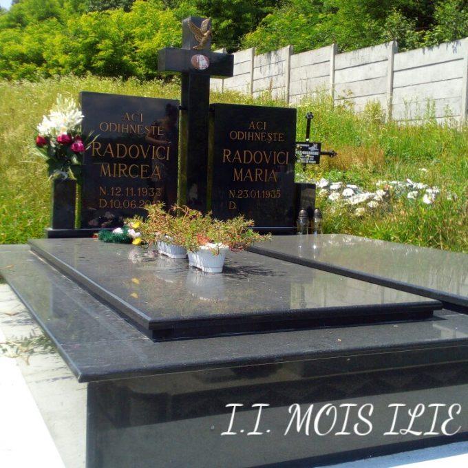 Monument Funerar si Cadru din Granit Negru si Litere Bronz 2
