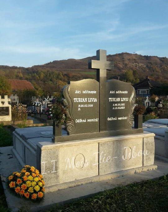 Monument dublu granit inchis cu ondulatii pe margine G1