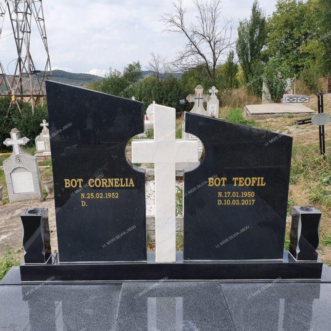Cruce asimetrica din granit negru si marmura alba model 22